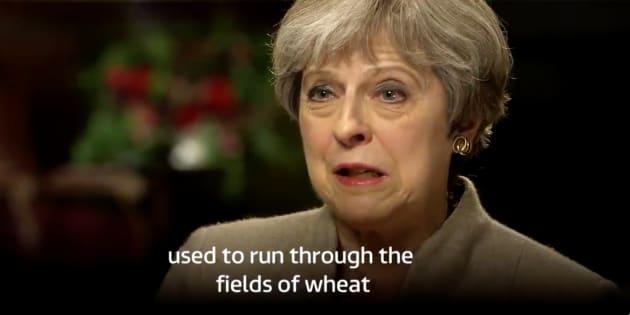 """Les Britanniques se moquent de May en ressortant son anecdote du """"champ de blé"""""""