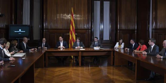 Puigdemont y el Govern firman el decreto del 1-O