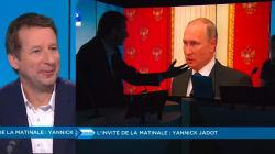 Imperturbable, Yannick Jadot continue son interview sur un plateau plongé dans le