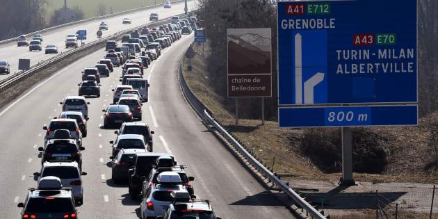 Trafic dense sur les routesdes Alpes, BisonFuté voit noir dans le sens des départs