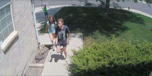 Imagen de los tres niños llegando a casa de Jamie Calrton para devolver el dinero