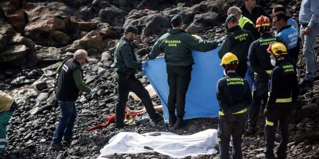 Efectivos policiales y de rescate cubren el cuerpo de uno de los inmigrantes fallecidos.