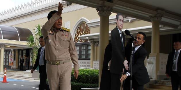 Primer Ministro de Tailandia usa doble de cartón para preguntas incómodas