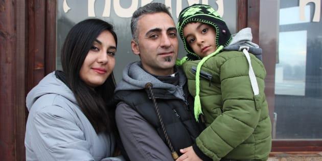 Behrooz, sa femme Faranak et leur fils Yasha, au camp d'Adasevci en Serbie.