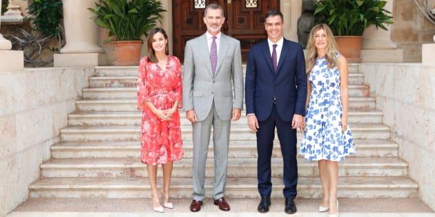 Los reyes, Felipe y Letizia, el presidente del Gobierno, Pedro Sánchez, y su esposa, Begoña Gómez, posando en Marivent.