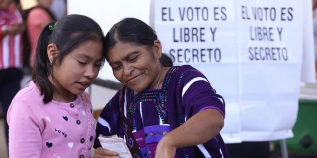 Una mujer indígena enseña a su hija cómo votar, cuando cumpla 18 años. FOTO: Adolfo Vladimir/Cuartoscuro