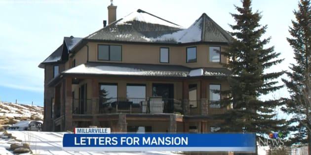 Así luce la fachada de la mansión que está en venta... por solo 25 dólares y una carta que conmueva a la dueña