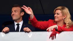 Tutti in tribuna. Macron, Brigitte e Putin assistono alla finale. E allo stadio c'è anche