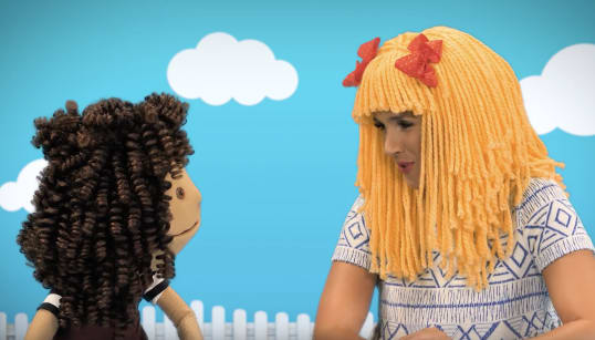 Des vidéos avec une marionnette trans pour aider les enfants et leurs