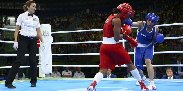 La boxeuse Sarah Ourahmoune affronte la colombienne Ingrid Valencia aux Jeux Olympiques de Rio, le 18 août 2016.