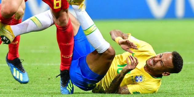 Neymar, au sol, lors de Brésil-Belgique en quart de finale de Coupe du monde 2018.