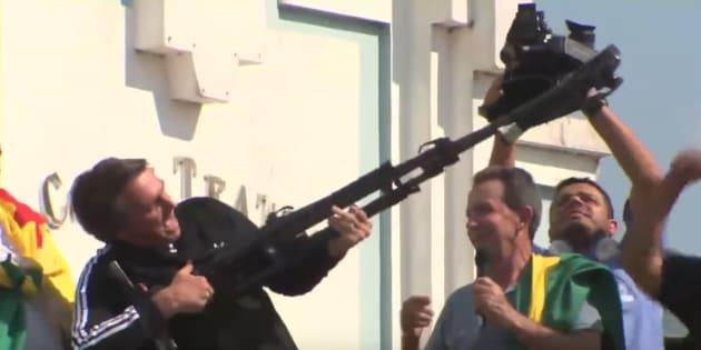 """Jair Bolsonaro usa tripé para simular arma em campanha em Rio Branco. """"Vamos fuzilar a petralhada."""""""