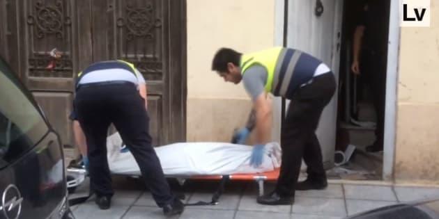 Captura del vídeo del diario 'Levante', en la que se ve a los operarios trasladando el cuerpo de María Amparo Plaza.