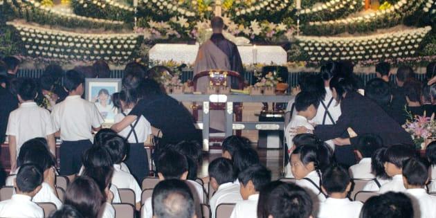 殺害された小学3年の女の子の告別式で焼香する同級生ら(岡山・津山市横山の津山シティホール)2004年9月撮影[代表撮影]
