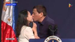 Rodrigo Duterte, le président philippin, fait monter une femme à la tribune et