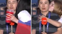 Ce journaliste sud-coréen a lui aussi été embrassé de force par deux supportrices en