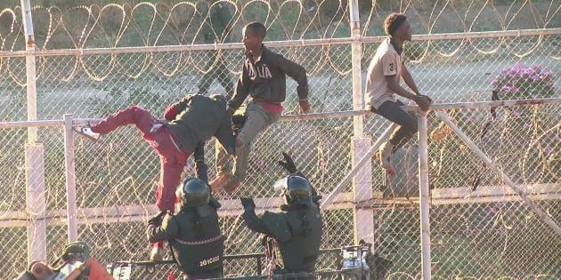 800 migranti sfondano a Ceuta, in 600 riescono a entrare in Spagna