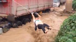 La méthode simple mais efficace de ces pompiers chinois pour sortir les camionneurs coincés par les