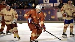 Poutine joue un match de hockey sur glace sur la place