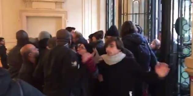 Clément Lanot  Twitter                       Des militants d'Attac pénètrent de force dans un Apple Store pour que la marque paie ses impôts