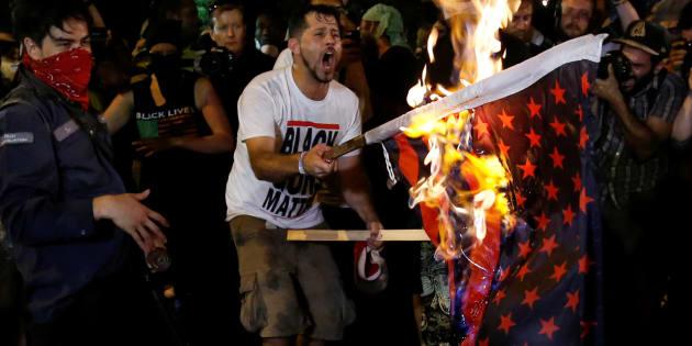 Donald Trump veut mettre en prison ceux qui profanent le drapeau américain. Ici, le 27 juillet 2016, des manifestants brûlent la bannière étoilée lors de la convention démocrate en Pennsylvanie