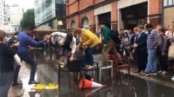 Ces Londoniens ont fait preuve de beaucoup d'ingéniosité pour traverser cette rue