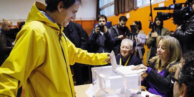 Un hombre vota vestido de amarillo (color elegido en solidaridad con Jordi Sánchez y Jordi Cuixart) en la Escola Pere IV de Barcelona durante las elecciones autonómicas de Cataluña del 21 de diciembre.