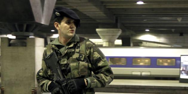 Un soldat patrouille à la gare Montparnasse, Paris. REUTERS/Charles Platiau