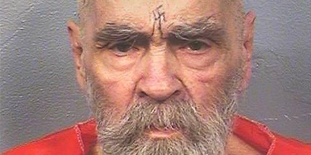 Serial killer Charles Manson morre aos 83 anos nos Estados Unidos.