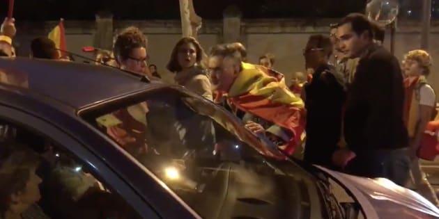 """Un manifestante ultraderechista escupe a un coche al grito de """"viva España""""."""