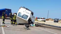 Strage di braccianti: un altro incidente nel Foggiano tra un furgone e un tir, dodici morti. Salvini e Di Maio: