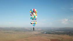 風船だけで空まで飛んだ!カールじいさんみたいな男がいた【動画あり】