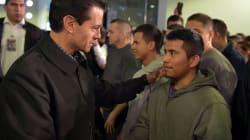 Recibe Peña (en el aeropuerto) a deportados de