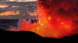 VIDEO: Lava cae sobre bote con turistas en la costa de