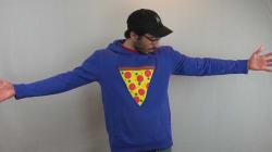 Ce chandail permet de traîner une part de pizza