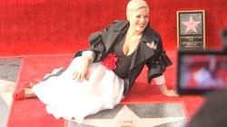 VIDEO: Pink obtiene estrella en el paseo de la fama de