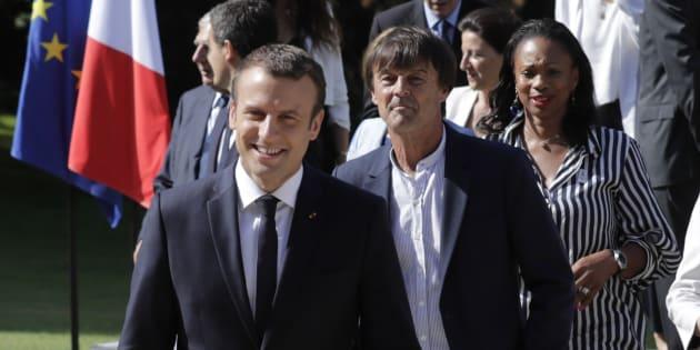 Le président de la République Emmanuel Macron, accompagné du ministre de la Transition écologique et solidaire Nicolas Hulot et de la ministre des Sports Laura Flessel au Palais de l'Elysée le 22 juin 2017.