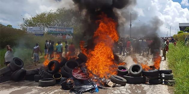 Centenas de venezuelanos deixaram o Brasil após ataques violentos em Pacaraima (RR).