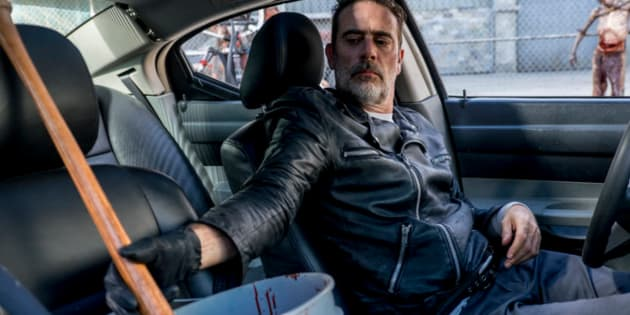 """""""The Walking Dead""""saison 8 episode 12, Negan trempe sa batte dans du sang de zombie."""