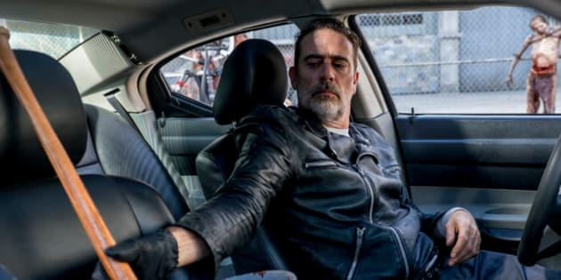 «The Walking Dead» saison 8 episode 12, Negan trempe son bâton dans du sang de zombie.
