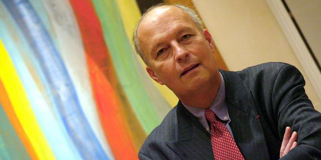 Francis Mayer, l'ancien directeur général de la Caisse des Dépôts et Consignations, vu dans son bureau à Paris le 19 décembre 2002. Il est mort le 9 décembre 2006.