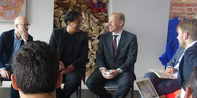 Clemens Fuest (avec la cravate) interviwé par les rédacteurs en chef des HuffPost européens réunis à Berlin, le 15 septembre.