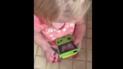 Cette enfant qui essaie désespérément de jouer à la Game Boy va vous mettre un coup de