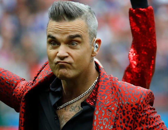 Robbie Williams flips off World Cup crowd