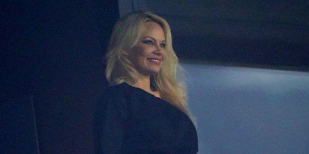 Pamela Anderson en tribune lors du match Marseille-Toulouse pour soutenir Adil Rami, son compagnon et joueur de l'OM.