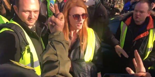 Ingrid Levavasseur expulsée par des gilets jaunes de la manifestation à Paris