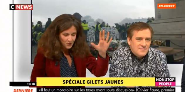 Face à des gilets jaunes, la députée LREM Elise Fajgeles n'a pas réussi à citer le montant actuel du Smic.