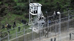 Unos 400 inmigrantes intentan saltar la frontera de Ceuta y tres resultan