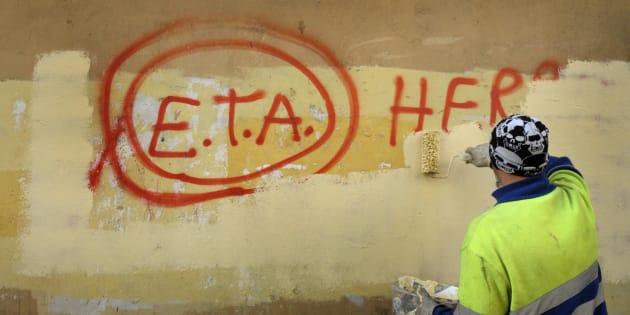Un operario municipal pinta sobre un grafiti de apoyo a ETA en Gernika (Vizcaya), en una imagen de archivo tomada en 2011.