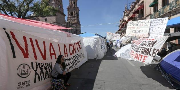 Trabajadores de la Coordinadora Nacional de Trabajadores de la Educación (CNTE) mantienen bloqueadas las principales avenidas este miércoles en la ciudad de Morelia, en el estado de Michoacán.